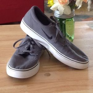 NIKE  SB YOUTH SNEAKERS. GRAY